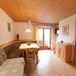Küche mit gemütlicher Essecke und Balkon