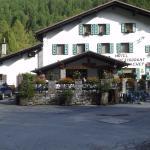 Vista del ristorante Lavachey  Val Ferret ottima posizione per ammirare la catena integrale del