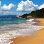 praia quase deserta mar calmo