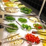 Frische Kräuter, Obst und asiatische Nudeln