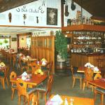 Foto de The Oak Chalet Restaurant