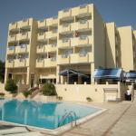 Отель, бассейн и бар у бассейна