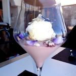 un dessert surprenant avec une mousse de vin et une glace au fromage