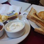 Mermeladas, queso, manteca, medialuna, scones y tostadas - Merienda para dos