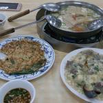 台灣本土溫體牛專賣店,各式牛肉炒菜都很好吃,滑蛋牛肉飯是我們吃過最好吃的,因為牛肉新鮮,即使常見的芥蘭炒牛肉或蔥爆牛肉也超水準,天氣冷時,來一鍋現刷的牛肉一板鍋也很推薦