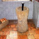 Parte de la cocina con sus baldosas originales y el clásico mortero de madera