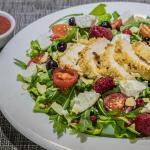 salada  de frango com molho de framboesa venha provar