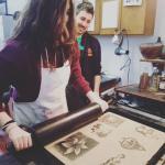 I nostri ragazzi durante l' esperienza di stampa litografica