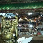 Entrada del restaurante. Buda feliz y templo oriental sobre la barra.