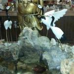Fuente en la entrada del restaurante con peces koi.