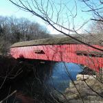 川に橋の鮮やかな赤色が映り込んでいました