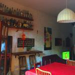 Comedor amplio, sillones con tv, retroproyector para festines especiales.