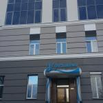 Центральный вход и в гостиницу и ресторан.