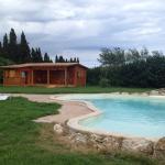 caseta de madera y piscina
