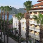 Боковой вид на море и соседний отель из нашего номера