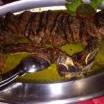 Repas entre amis avec des côtes de bœuf à tomber par terre, frites maison succulentes. Changez r