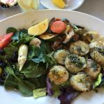 Grilled scallops with spinach salad and fresh veggies