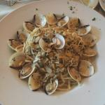 Linguine alle vongole (linguine and clam sauce)