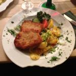 Zwei Schnitzel Wiener Art mit leckeren Bratkartoffeln