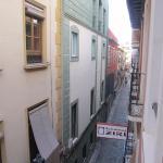 Vista de la calle mínima que da entrada al hotel
