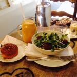 Salade aux pousses bio falafel avec cake chèvre/tomate ultra moelleux. En dessert un latte lait