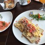 Hamburger Frühstück (rechts) und eine Portion Lachs (links)