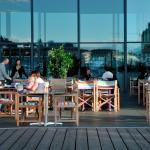 Im Sommer ist das World Café auch auf dem Europaplatz gestuhlt