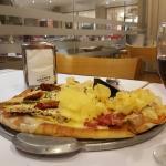 Pizza de dos variedades acompañada de un extraordinario vino