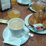desayuno en un salon muy acogedor!