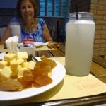 almíbares serranos con queso y limonada en frascos