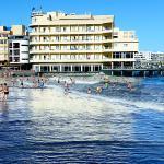 Playa de El Médano con el Hotel de El Médano al fondo