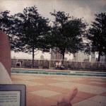 Relaxando na piscina, com meu kindle.