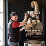 Chef Christian am Kaffeeröster