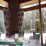 Dans la grande salle, avec vue sur le parc un jour de neige