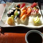 На этой тарелке поместились вместе суши-ланч и сашими-ланч. Выглядит как одна нормальная порция