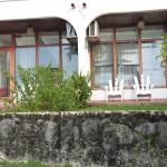 Nos deux chambres donnant sur le jardin en terrasse avec vue sur le Rio Dulce et sur la piscine.