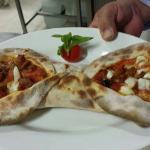 Cucina tipica, pizza realizzata con lievito madre  cotta al forno a legna