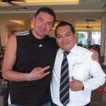 Gerardo Vargas jefe de meseros, excelente en su trabajo. Cuídenlo, empleados así hacen la difere