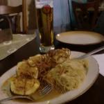 Patatas rellenas recalentadas, con sauercraut insípido y aros de cebolla frita reblandiecidos