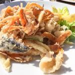 Come viziarsi a pranzo! Una sosta di fortuna, sotto i raggi del sole, servizio al tavolo all'ape