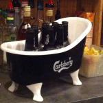 Un petit bain derrière le comptoir. .. Hum! La brochette de 5 viandes et la dorade royale