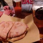Panpizza al pastrami e birra artigianale