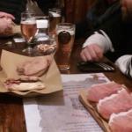 Bruschette prosciutto e pomodoro, panino al pastrami e birre artigianali