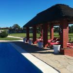 Vista general de la piscina y del parque