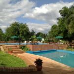 la piscina se compone de dos partes, la que se vè es la mas chicha, la grande està al frente