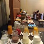 Exquisito desayuno buffet, abierto a público desde las 07:00 am, todos los días. Restaurante y c