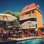 Vista do bar do hostel para a piscina. Excelente