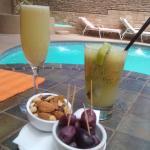 Tomando un aperitivo junto a la piscina