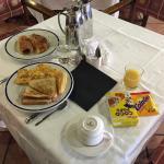 Desayuno muy bueno y amables los empleados, sobre todo la de la plancha
