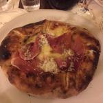 Pizza con speck, olio al tartufo e bordi ripieni di funghi e scamorza